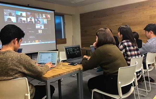 写真:会議室に集まり複数名でオンライン会議を行なっている様子
