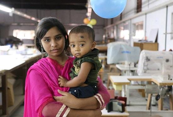 バングラデシュ工場で働く女性