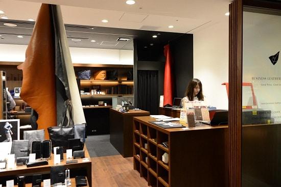 ビジネスレザーファクトリー福岡天神店では名入れ刻印も