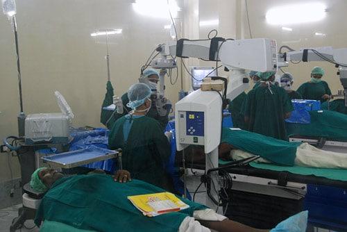 アラビンド・アイホスピタルではこのように流れ作業のような手術スタイルが行われています。