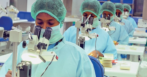 レンズやほかの医療器具の研究も惜しみなく行われています。