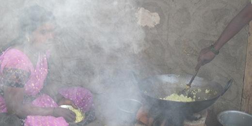 小さな部屋で薪を燃やすと、もうもうと煙が立ち上ります。