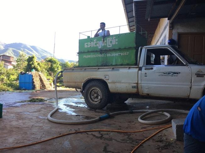 タンクに水を入れてトラックで運ぶ。