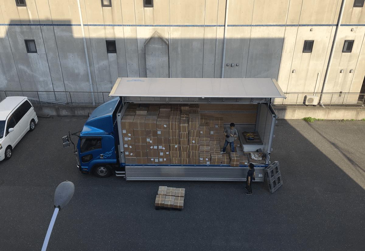トラック2台に積まれた革製品たち