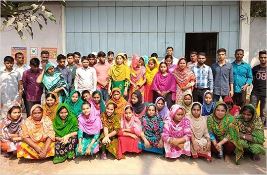バングラデシュ工場で働くメンバー